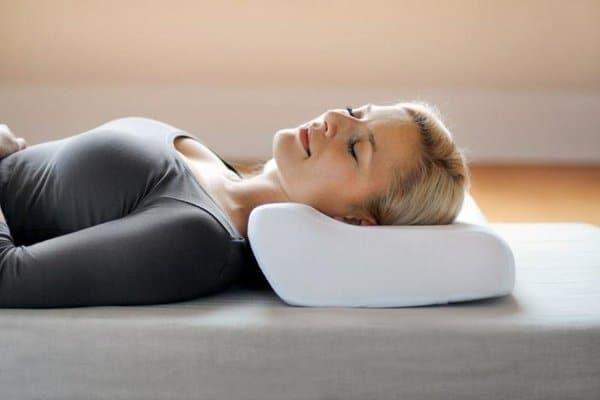 Как правильно спать на ортопедической подушке при остеохондрозе шейного отдела