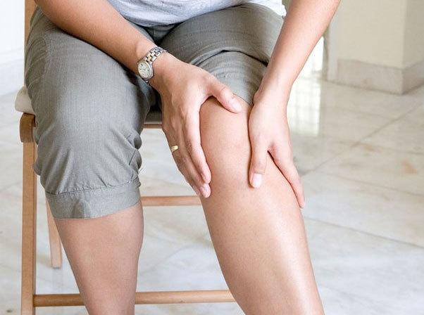 Слабость в ногах, коленях, боли при остеохондрозе, причины и лечение