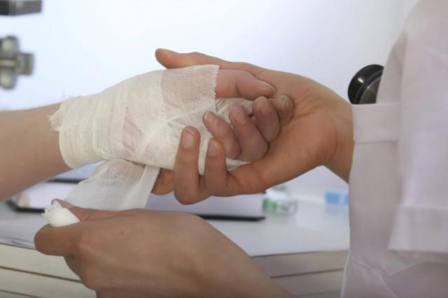 Термический ожог: первая помощь доврачебная (оказание), 1, 2 степени, МКБ 10, повреждения, лечение, признаки, обработка, алгоритм действий