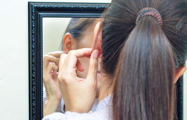 Образовался шарик в мочке уха: что это такое, почему болит?