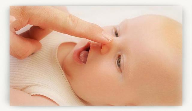 Новорожденный часто чихает: опасно ли это?