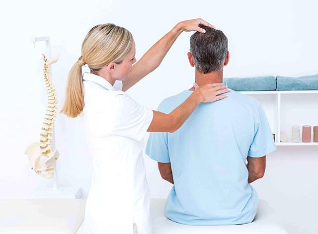 Болит шея и больно поворачивать: что делать?