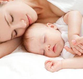 Ребенок спит только на руках: как это исправить?