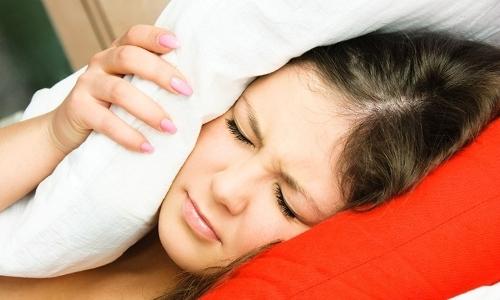 Почему шумит и гудит в ушах: симптомы, что делать