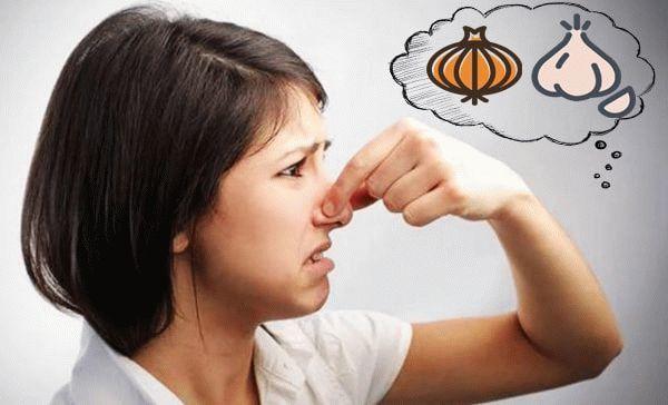 Запах лука, чеснока из валагища у женщин: причины
