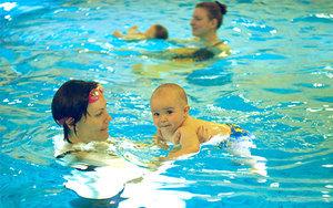 Бассейн для грудничков: плаваем с пользой
