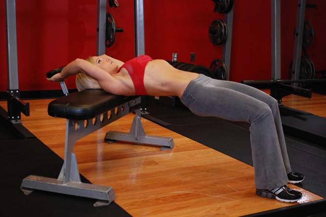 Пуловер с гантелей лежа: видео и фото упражнения