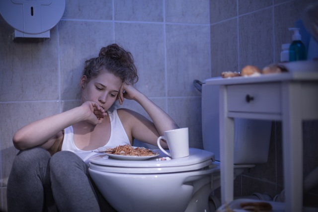 Как вызвать рвоту для похудения: после еды, таблетки, последствия, можно ли