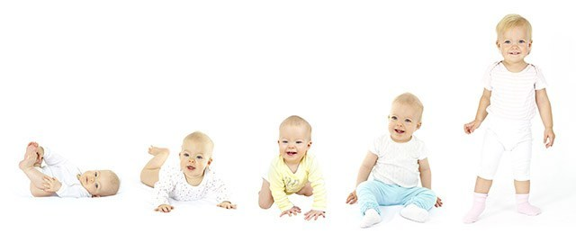 Когда ребенок начинает ползать: нормы развития