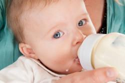 Белые комочки в кале грудничка: причины