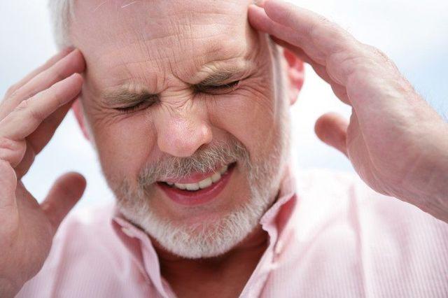 Сильно болит голова и тошнит: что это значит, причины, что делать