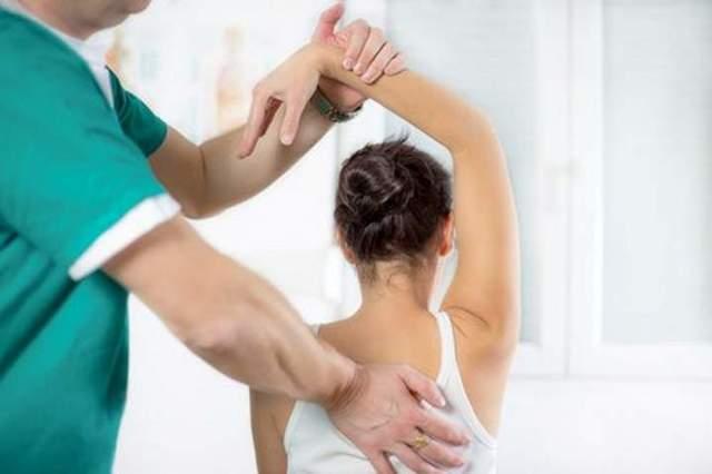 Хрустит шея и болит голова при повороте: причины, лечение