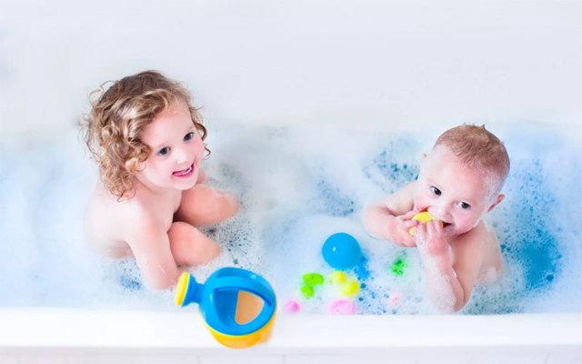 Гигиена новорожденных девочек: правила от А до Я